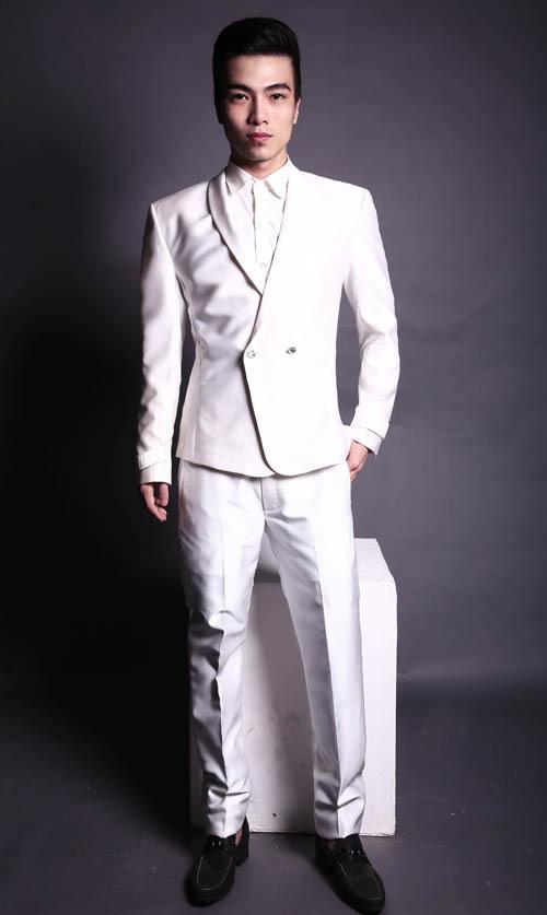 Vest màu trắng là gợi ý lý tưởng cho đám cưới mùa hè bởi nó đem lại cảm giác mát mẻ, tươi sáng.
