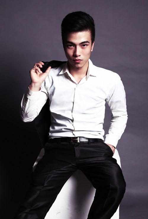 Áo sơ mi trắng có thể kết hợp với bất kỳ bộ vest nào, từ cổ điển tới hiện đại, từ màu đen tới trắng, ghi, xanh, xám...
