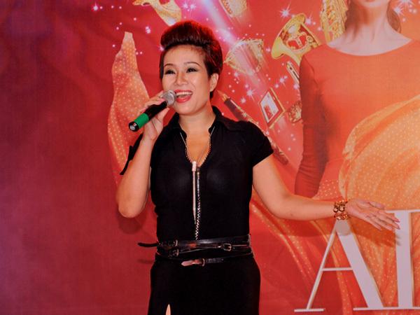 Ca sĩ Thu Trang - chị gái Á hậu Thu Hương cũng hát trong chương trình.