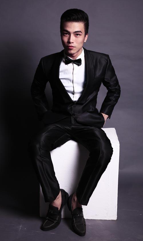 Dáng quần được may nhỏ và ôm sát hơn so với kiểu vest đen cổ điển.
