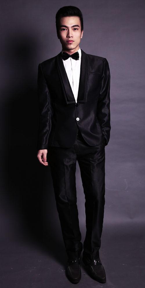 Một màu đen bóng thanh lịch và sang trọng truyền thống nhưng ở phẩn cổ áo được thiết kế hiện đại cổ vuông sẽ tạo nên sự tinh tế cho người mặc