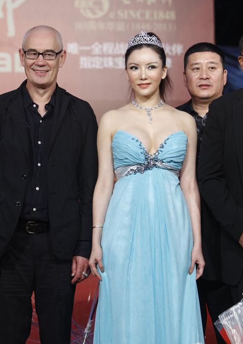 Diễn viên Bành Đan góp mặt tại Lễ bế mạc LHP Quốc tế Thượng Hải, sự kiện diễn ra hôm cuối tuần vừa rồi. Trên thảm đỏ, diễn viên nổi tiếng Hong Kong khoe sắc với bộ đầm quây điệu đà, để lộ bộ ngực nảy nở.