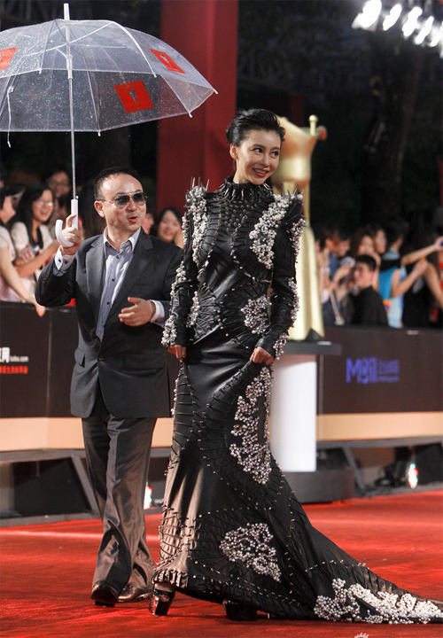 Góp mặt tại sự kiện tối qua, Củng Tân Lượng lên thảm đỏ với một bộ đồ rất cá tính.