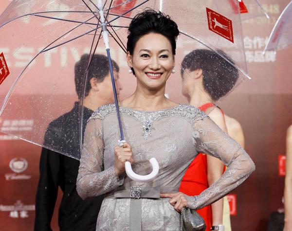 Diễn viên Huệ Anh Hồng tươi rói dù mưa nặng hạt.