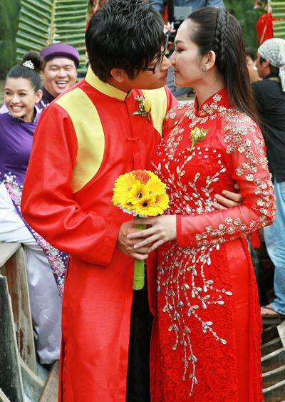 'Đôi uyên ương' còn trao nhau nụ hôn ngọt ngào trên thuyền hoa.