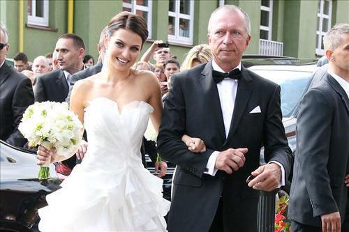 Khoảng 5 phút sau, cô dâu Anna Stachurska bước xuống từ một chiếc Merccedes đen cùng bố tiến vào nhà thờ.