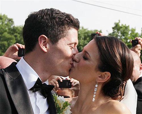 Gương mặt ánh lên niềm hạnh phúc, cặp đôi trao nhau nụ hôn nồng nàn trước mặt quan khách.