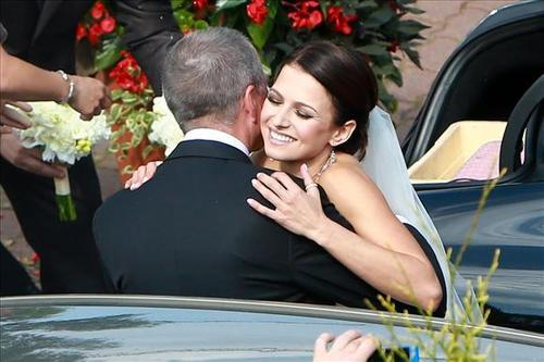 Cô dâu xúc động ôm hôn bố trước khi lên xe cùng chú rể tới nơi tổ chức tiệc cưới.