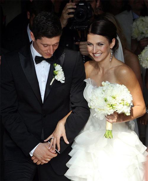 Các nghi thức đám cưới trong nhà thờ diễn ra trong khoảng một giờ đồng hồ.