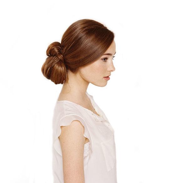 Cuối cùng, dùng cặp ghim để chỉnh sửa lại dáng tóc gọn gàng. Với kiểu tóc này, cô dâu không nên dùng gôm xịt sẽ làm tóc mất đi độ mềm mại. Thay vào đó, có thể dùng gel mềm vuốt 1 lớp thật mỏng lên trên.