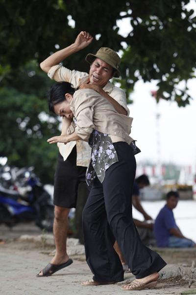 Xen kẽ với lịch biểu diễn ca nhạc trong Nam ngoài Bắc, Phương Thanh tranh thủ tham gia những cảnh quay trong phim 'Vừa đi vừa khóc'. Mới đây, chị quay cảnh bị chồng đánh ở ven sông.