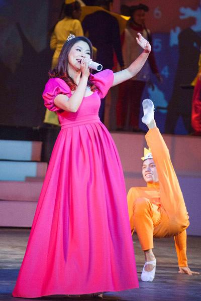 'Tuổi thần tiên' là chương trình đại nhạc hội dành cho thiếu nhi, nổi tiếng ở Sài Gòn hơn 10 năm trước. Đây là chương trình quy tụ hàng trăm nghệ sĩ nổi tiếng ở nhiều lĩnh vực như ca nhạc, điện ảnh, kịch nói... tham gia. Sau thời gian dài gián đoạn, 'Tuổi thần tiên' trở lại nhân kỷ niệm 20 năm. Chương trình sẽ diễn đều đặn vào chiều chủ nhật hàng tuần tại nhà hát Hòa Bình.