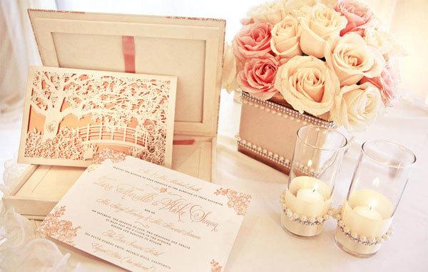 Thiệp cưới của đôi uyên ương được thiết kế tinh xảo.