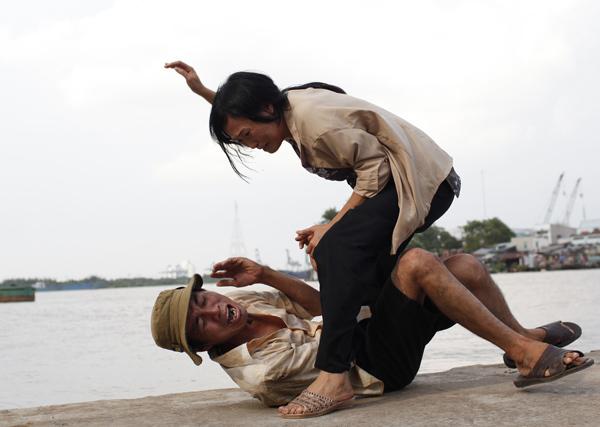 Một lần nọ, vì quá uất ức, Chanh đã phản kháng bằng cách đánh lại chồng.