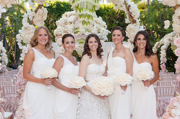 Gam màu chủ đạo trong đám cưới là màu trắng - hồng nhạt, vì vậy các loại hoa cũng được lựa chọn kỹ lưỡng cho phù hợp hai tông màu này.
