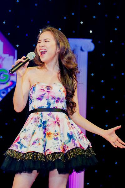 Gần đây, 'bà mẹ trẻ' đang bận rộn với vai trò làm huấn luyện viên The Voice Kids phiên bản Việt.