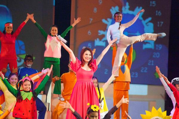 Trong buổi biểu diễn mới nhất của chương trình, Thanh Thảo vô cùng hạnh phúc khi được trở lại biểu diễn. Đặc biệt, cô lại được làm nàng Bạch Tuyết và hát ca khúc chủ đề 'Thế giới tuổi thơ'. 'Búp Bê' chia sẻ,