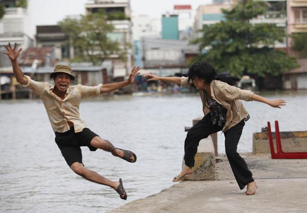 Trong kịch bản có cảnh Chanh đạp chồng văng xuống sông, nhưng không có cảnh chị nhảy xuống theo.