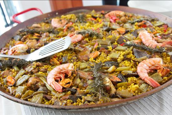 Cơm trộn thập cẩm ở thành phố Barcelona, Tây Ban Nha. Món ăn được pha trộn từ cơm, hải sản