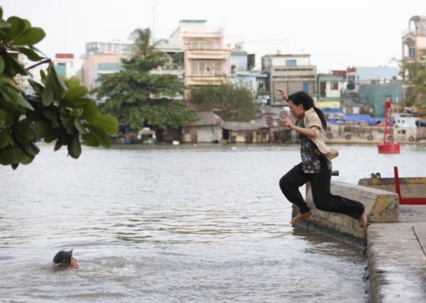 Thế nhưng, Phương Thanh vẫn xin đạo diễn Vũ Ngọc Đãng cho nhảy xuống để lột tả sự phẫn uất tột cùng của người vợ bị bạo hành.