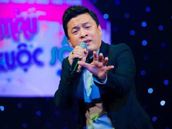 Lam Trường 'tranh thủ' giới thiệu ca khúc chủ đề 'Mong em hạnh phúc', nhận được phản hồi tốt từ khán giả. Tiếp đó, anh trình bày ca khúc quen thuộc 'Gửi đôi mắt nai' khiến cả khán phòng 'nóng' theo.