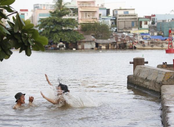 Để đảm bảo an toàn cho hai diễn viên, Vũ Ngọc Đãng đã nhờ các anh phục vụ hiện trường lặn xuống sông vớt hết những thứ có thể gây nguy hiểm.