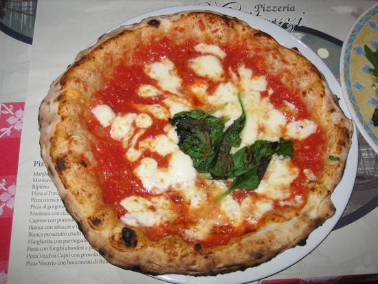 Bánh pizza ở thành phố Napoli, miền nam Italia.