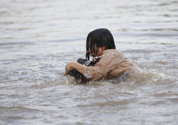 Mực nước ở sông cao quá đầu của Phương Thanh nhưng chị vẫn rất 'liều mạng' diễn hết mình. Chanh chia sẻ: 'Bác Đãng cứ yên tâm. Đóng phim thì phải đóng vậy mới đã'.