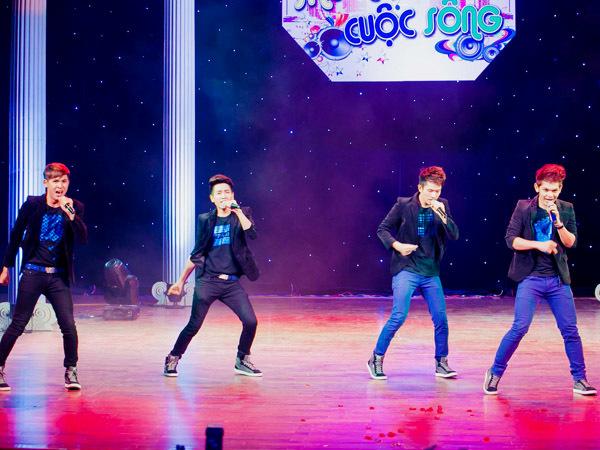 Nhóm V.Music 'chạy show' từ rạp phim sang nhà hát Bến Thành để biểu diễn.