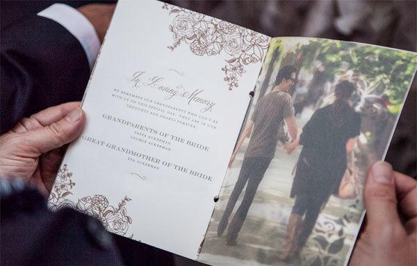 Mỗi khách mời tham dự đám cưới đều nhận được một tờ chương trình, giới thiệu về tình yêu của đôi uyên ương và hôn lễ cùng tiệc đãi khách.