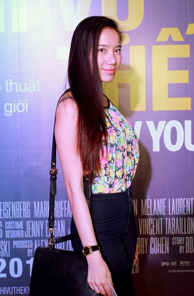Chân dài Chung Thục Quyên cũng tới xem phim mà không đi cùng người yêu Việt kiều.