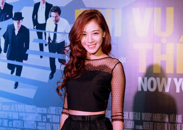 Tại Hà Nội, Á khôi Miss Ngôi Sao 2012 Hà Mjn khoe khéo vòng eo thon với áo crop top.