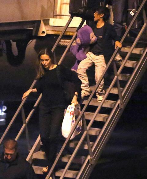 Sau cuộc họp tại Liên hợp quốc, nơi Jolie kêu gọi chống nạn cưỡng hiếp phụ nữ tại vùng chiến tranh, nữ diễn viên và con trai lại trở về Los Angeles