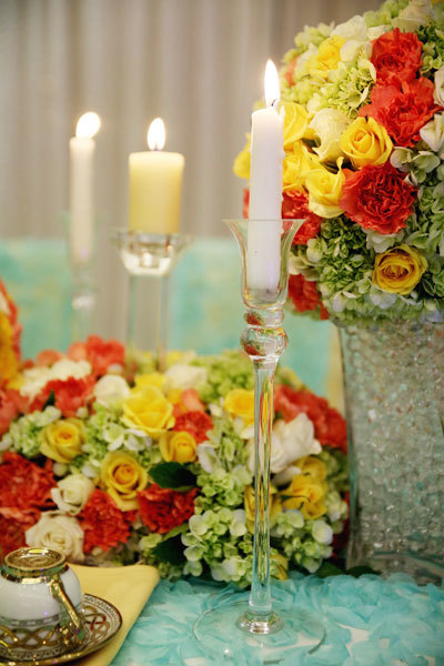 Hoa tươi kết hợp cùng nến tạo ra nét đẹp sang trọng, hoành tráng cho nghi lễ gia tiên.