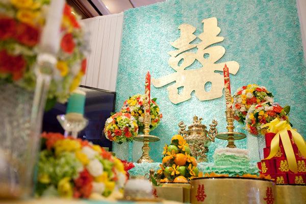 Phông trên bàn thờ tơ hồng cũng ton sur ton với màu xanh trang nhã.