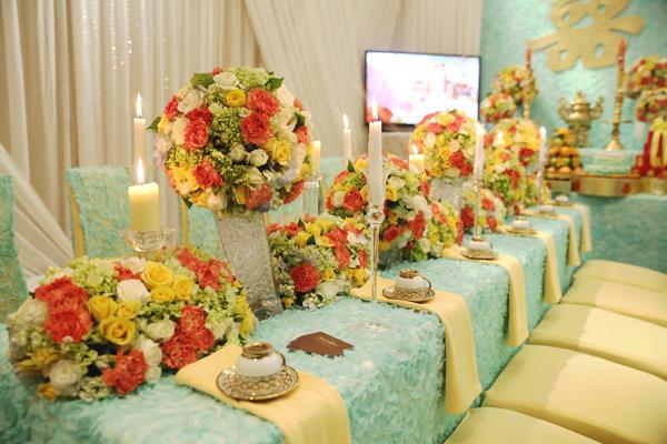 Khăn trải bàn và phông sử dụng chất liệu vải hoa hồng màu xanh bạc hà mang nét đẹp lộng lẫy, cổ điển, hòa quyện cùng không khí trẻ trung.