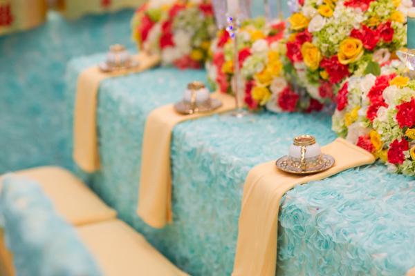 Bộ ấm chén màu đồng, kết hợp với khăn ăn trang trí một cách tự nhiên, đơn giản nhưng tôn lên nét đẹp và sự chỉn chu trong từng chi tiết. Việc chăm chút cho bàn uống nước của hai họ không chỉ thể hiện sự tôn trọng khách mời mà còn ghi dấu ấn đáng nhớ trong ngày vui của đôi uyên ương.