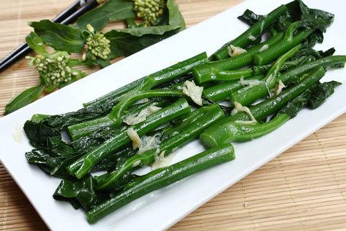 Bí quyết của món này là thả ngồng cải đã luộc vào nồi nước lạnh để rau vẫn giữ được màu xanh.
