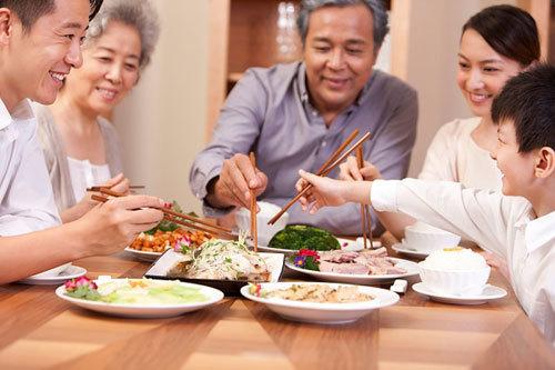 Bữa cơm quây quần đầy đủ thành viên luôn là niềm hạnh phúc với những người già.