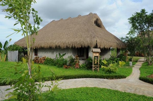 Cúc Phương Resort & Spa được thiết kế với không gian mang hơi hướng của một làng quê yên bình với các bungalow lợp mái tre, cói giản dị, gần gũi với thiên nhiên, cây cỏ.