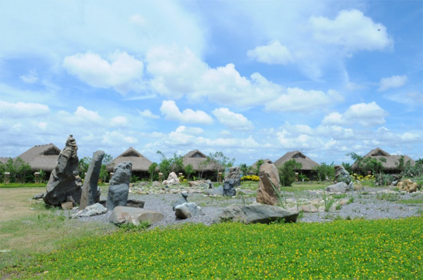 Nằm cách thủ đô Hà Nội 120 km về phía Nam, vườn quốc gia Cúc Phương đã trở thành điểm đến khá quen thuộc được nhiều người lựa chọn cho những chuyến nghỉ ngơi ngắn ngày. Từ Hà Nội, du khách theo quốc lộ 1A về phía Ninh Bình, đến ngã ba Gián Khẩu (cách thành phố Ninh Bình 10 km) rẽ phải theo quốc lộ 12A, đi qua thị trấn Nho Quan 2km rồi rẽ trái vào Cúc Phương.