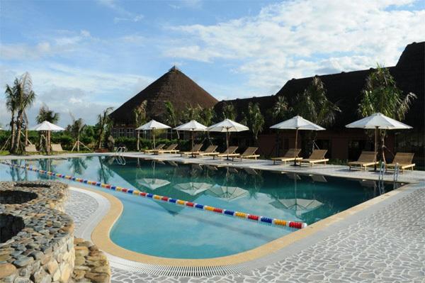 Khu vực hồ bơi ngoài trời bao gồm hồ bơi nước khoáng cùng với các bể sục và massage bằng tia nước.