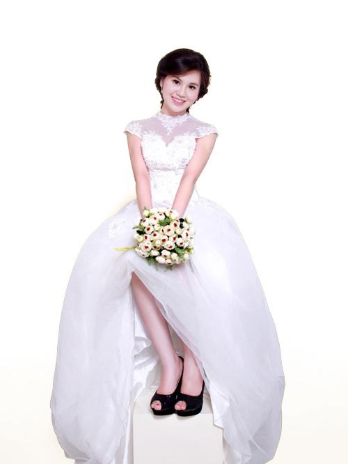 Chiếc váy bồng công chúa có phần cổ trang trí khá cầu kỳ, thay thế cho dây chuyền - một xu hướng hot trong thời trang cưới năm nay.