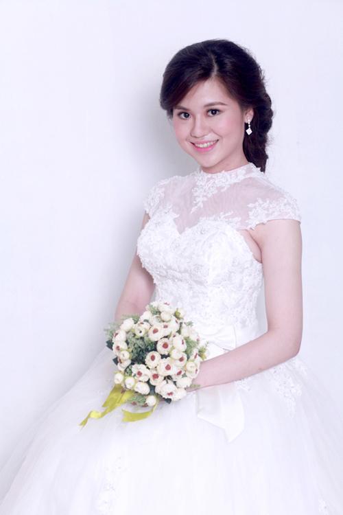 Thân trên của váy là sự kết hợp giữa một lớp vải ren trong suốt ngoài cùng và lụa taffa