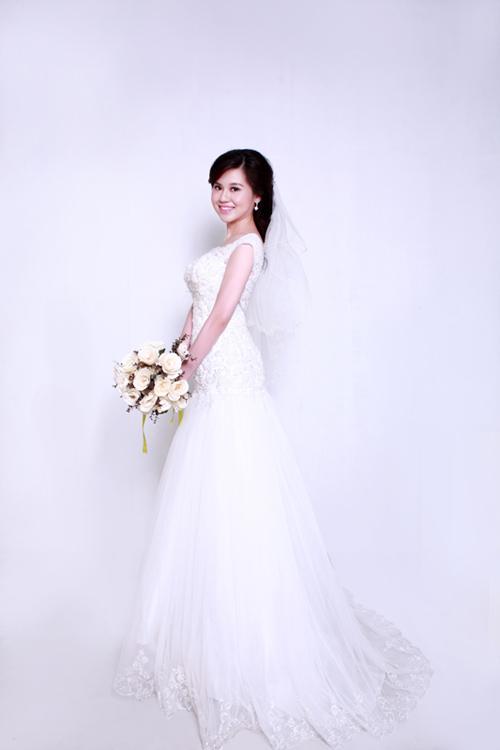 Phần chân của chiếc váy không quá dài nên cô dâu có thể mặc lúc cử hành hôn lễ, đãi tiệc hay chụp ảnh ngoài trời... đều rất thoải mái.