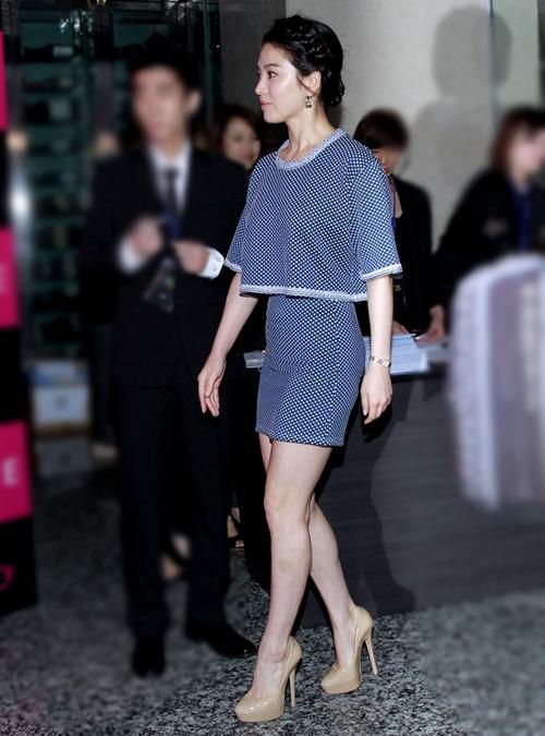 Song Hye Kyo đẹp nổi bật với bộ trang phục sang trọng.