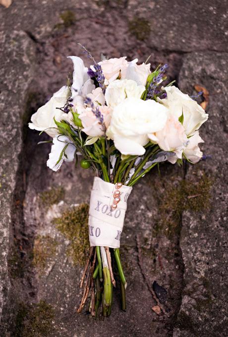Hoa trang trí với ruy băng và hạt trai hồng.