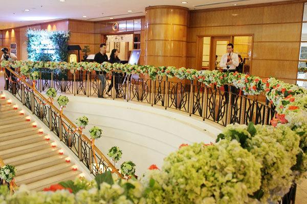 Ngay từ cầu thang, những bông hoa cẩm tú cầu kết cùng hoa hồng cam rực rỡ đón chào khách.
