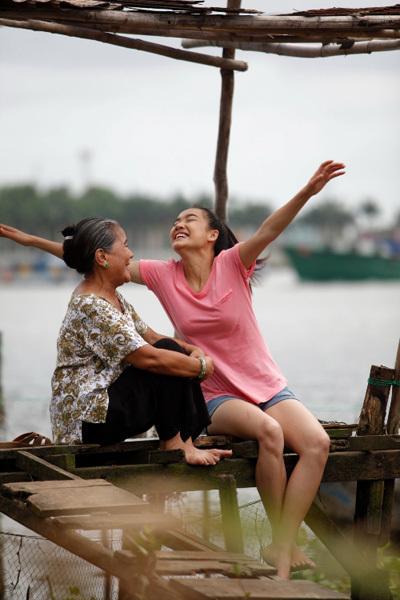Trong phim 'Vừa đi vừa khóc', diễn viên Nhã Phương (phải) vào vai Thêu - cô gái trẻ có tình yêu say đắm với nhân vật Đông Dương (Minh Hằng đóng). Cô được sự hậu thuẫn của bà nội Đông Dương (trái).