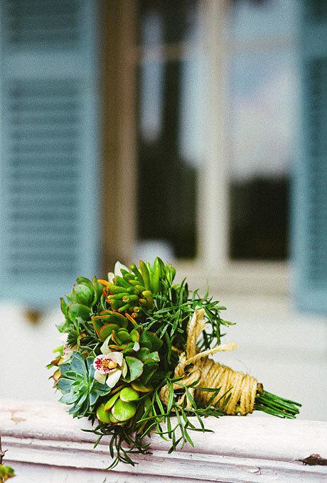 Nhiều cô dâu yêu thích đám cưới phong cách rustic, tự nhiên lại chọn dây thừng độc đáo để trang trí hoa cưới.